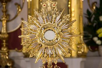 Adoracja Najświętszego Sakramentu – czwartek 6 maja. Zaplanuj czas na adorację Jezusa!